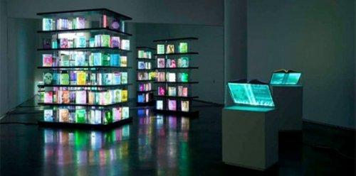 Световая инсталляция в виде книжной полки