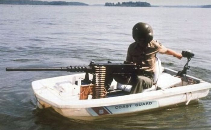 выстрел с винтовки в лодку