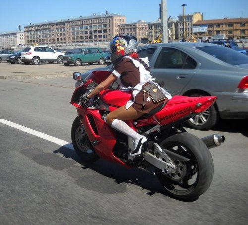 Эмма мотоциклистка
