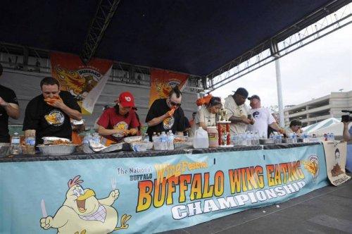 Конкурс по скоростному поеданию куриных крылышек
