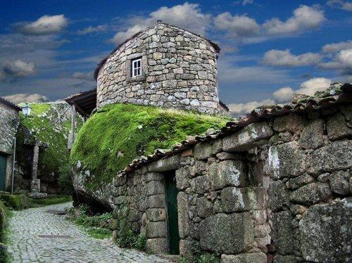 Португальская деревня среди валунов