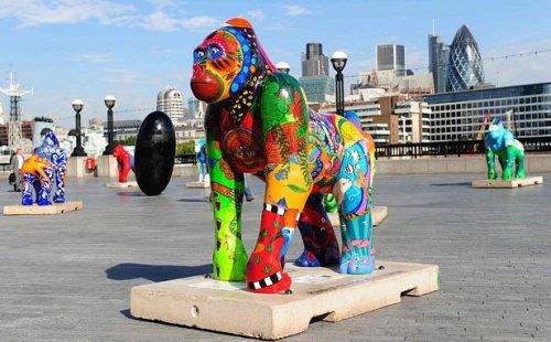 Статуи разноцветных горилл