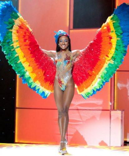 Участницы «Мисс Вселенная 2011» в национальных костюмах.