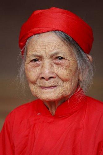 Миссис Трай позирует для портрета на фестивале Лим, Бакнинь, Вьетнам.