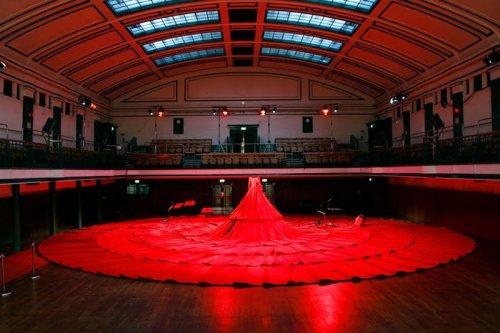 Концертный зал в виде красного платья