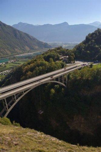 Подвесное к мосту джакузи