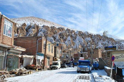 Иранское село в скалах