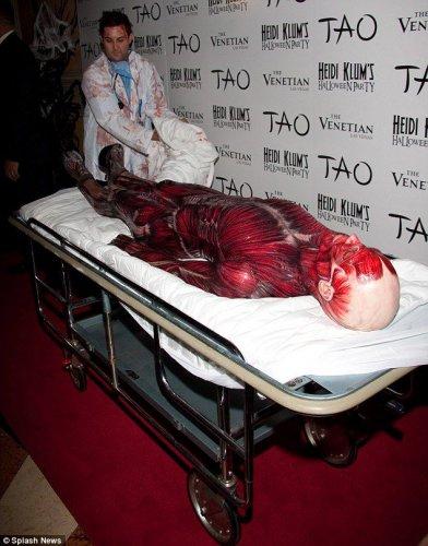 Классный костюм к Хэллоуину 2011 от Хайди Клум