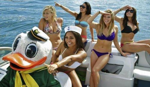 Девушки из группы поддержки в купальниках