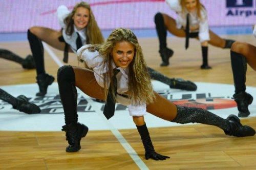 Украинские девушки из группы поддержки
