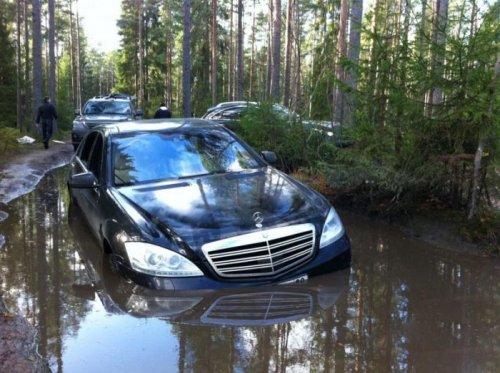 Крутой Mercedes застрял в луже