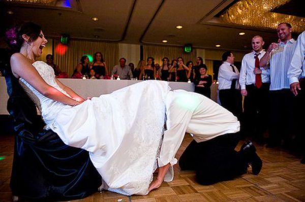 что значит если парень ловит на свадьбе подвязку