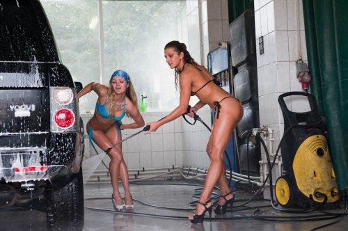 Автомойка с девушками в купальниках