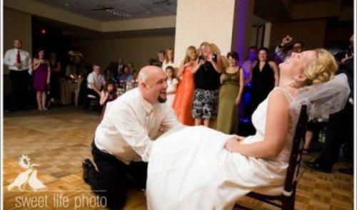 Как снимают свадебные подвязки
