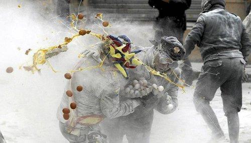 День Дураков в Испании отметили мучной битвой