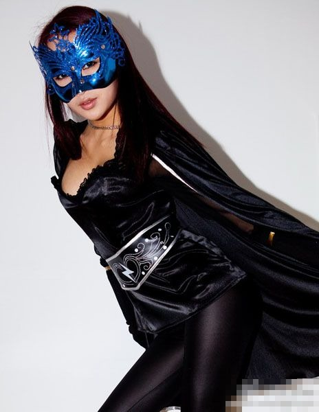 Девушка в костюме супермена танцует - cfb