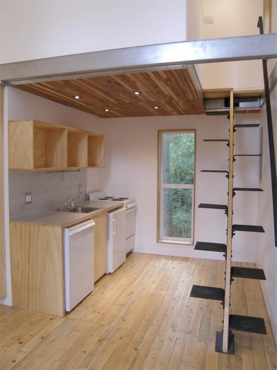 Лестница в частном доме на чердак