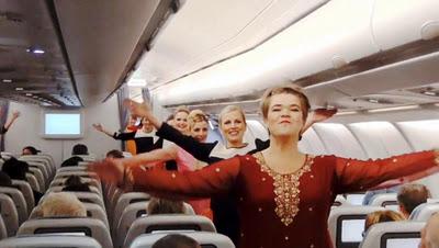 Бортпроводники танцуют в честь индийского Дня республики
