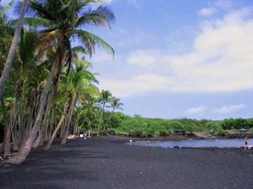 Пуналу - пляж с черным песком