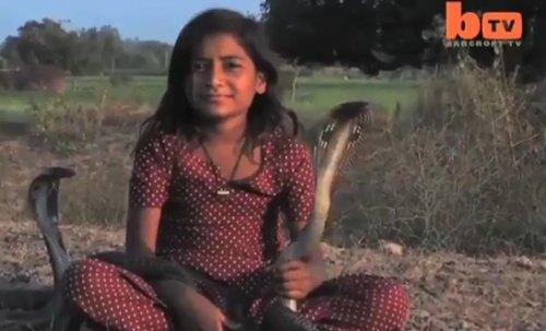 Индийская девочка приручила 6 кобр