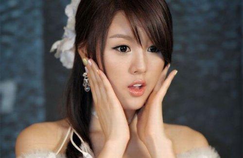 Азиатские девушки фотографируются