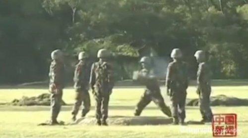 Китайские военные и взрыв-пакет