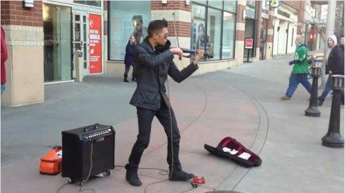 Брайсон Андерс играет на электроскрипке