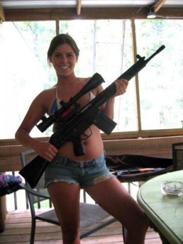 Девушки с оружием (30 фото)