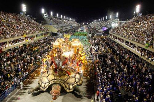 Красочный карнавал в Рио-де-Жанейро
