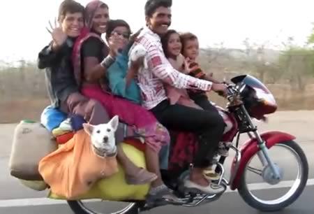 Беспечные люди на мотоциклах
