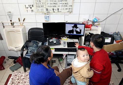 Семья китайцев живет в туалете