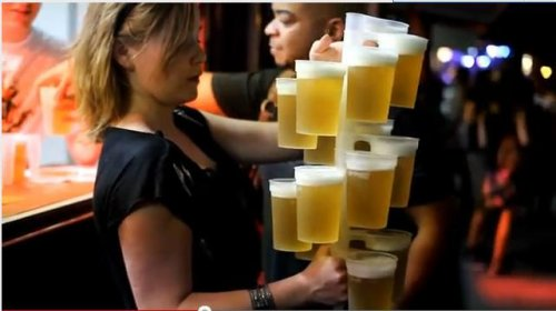 Девушка несет 20 бокалов пива