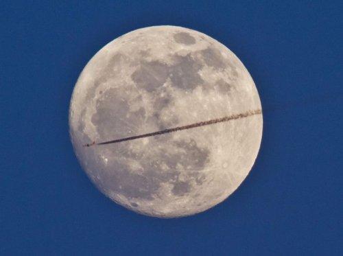 Самолеты на фоне луны и солнца