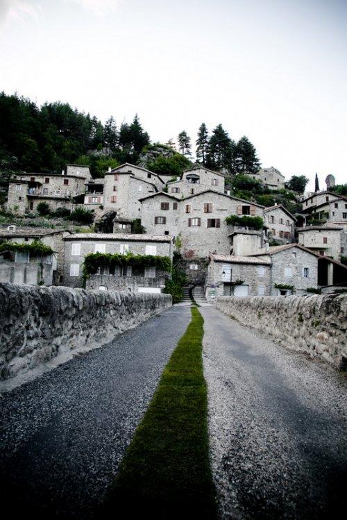 Зеленая дорожка во французской деревне