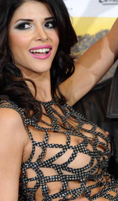 Микаэла Шафер в откровенном платье