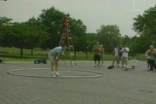 Мужчина раскрутил 5-метровый обруч