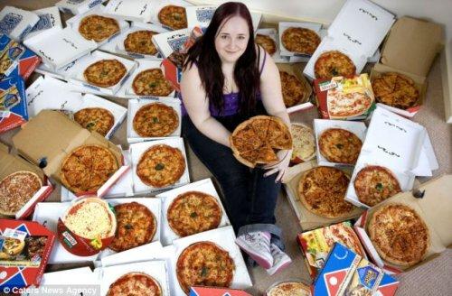 Девушка 8 лет ест одну пиццу