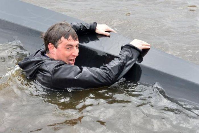 рыба падает в лодку