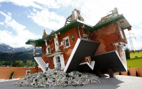 Перевернутый дом в австрийском Тироле