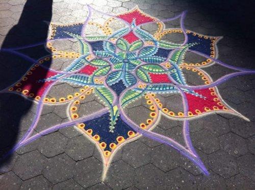 Песочные цветы на тротуарах Нью-Йорка