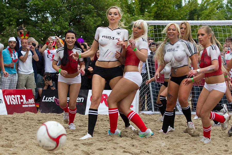 Порнозвезды играют в футбол фото