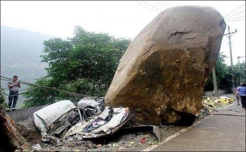 Падение 300-тонного камня