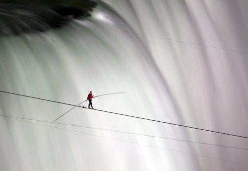 Американец прошел по канату через Ниагарский водопад