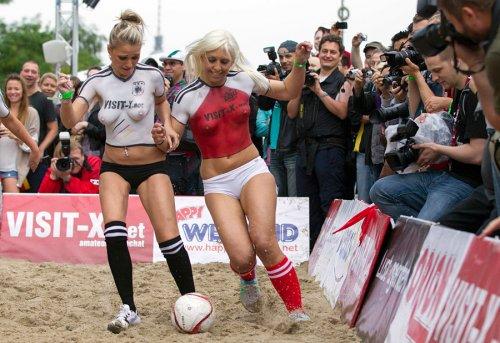 Порноактрисы Дании и Германии сыграли в футбол
