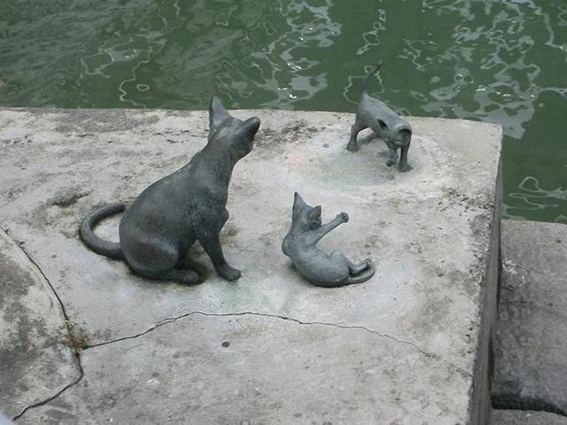 Памятники кошкам котам и котятам
