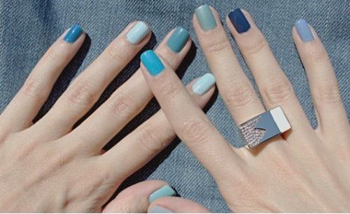 Модный тренд: разноцветные ногти / разный цвет ногтей Выставляют его жертвой и глубоко несчастным.