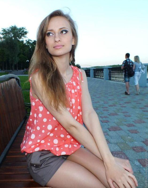 foto-russkih-devushek-v-domashnih-usloviyah-rabi-tseluyut-i-oblizivayut-staroy-gospozhe-sapogi