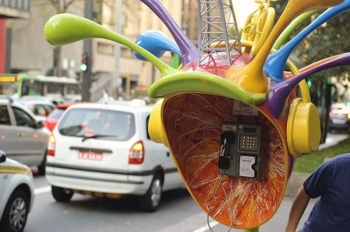 Яркие бразильские телефонные будки Orelhão