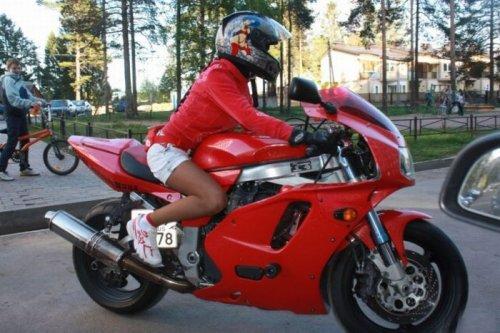 Эмма - любительница мотоциклов