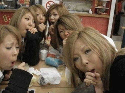 Девушки, занимающиеся странными вещами (33 фото)